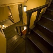 【月タイプのお部屋/2階への階段】和の趣あるお部屋をお楽しみください。