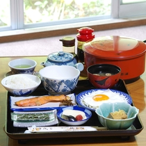 *【朝食】焼き魚・地野菜の小鉢・漬物、とろろ、卵焼きなど、ヘルシーな朝食。