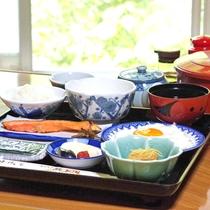 *【朝食】朝食も夕食同様お部屋で召し上がって頂きます。とろろは滋養強壮によくお付けしています。