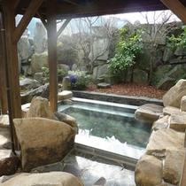 【和風露天風呂】山並みを眺めながら、のんびり日頃の疲れを癒して下さい。