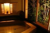 【貸切風呂】ヒノキの香りが寛ぎの時間を演出する純和風の貸切風呂/五岳の湯