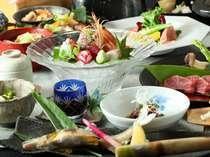 【夕食】お部屋で愉しむ会席料理は、見た目にも美しく、出来たてのままお部屋に運ばれる/例