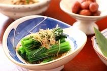 【朝食】自家製の野菜やお米、お漬物、お浸しなどが一日の「元気」をサポート