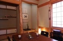 【客室】秋/季節の花が飾られた「和」の客室は、全室にトイレ・洗面付き