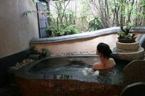 【貸切風呂】天然湧水を贅沢に使用した貸切露天風呂/お月さまの湯