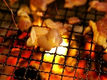 炭火で焼く地鶏は旨み・食感とも抜群。お酒もはずみますよ。