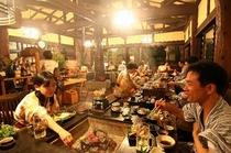 """【炭火焼風景】ここ""""阿蘇の四季""""では、四季の素材をふんだんに使ったコース料理をご提供しております。"""