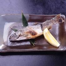 「川魚の塩焼き」皮はパリパリ、身はホクホク。程よい塩味と檸檬がいっそう旨さを引きたてます