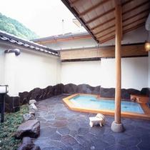 露天風呂「花色の湯」男女入れ替え制で、夜には違うお風呂が楽しめる