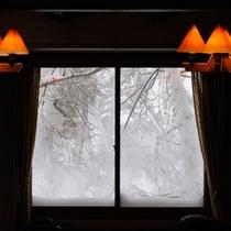 *レストラン/大きな窓からは四季折々の白樺林の姿を堪能して頂けます。