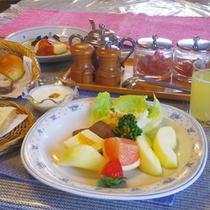 *朝食一例/新鮮な手作りりんごジュースやフルーツもたっぷりと並びます。