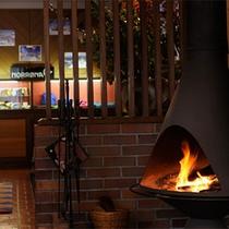 *館内の様子/お洒落な暖炉のあるロビーは落ち着いて寛げる人気のスペース。