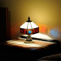 *和洋室一例/ステンドグラスのランプが夜のひとときを素敵に演出します。