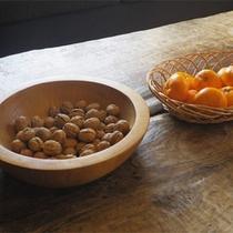 *ロビー/テーブルに置かれた果物などはご自由に!本日はクルミとみかん。
