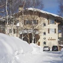 *外観/冬は真っ白な霧氷の景色に包まれる、全11室の小さなホテルです。