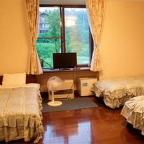 *洋室トリプルタイプ/それぞれベッドでくつろげる♪窓の外には清々しい緑が広がっています。