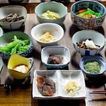 *夕食一例/山菜・きのこ・川魚・野菜など。地場の食材中心の郷土料理の数々をお楽しみ下さい!