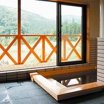 *貸切風呂/大きな窓を開けるとウッドデッキ付き!豊かな大自然が目の前に広がります♪