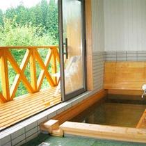 *貸切風呂/桧木風呂。高原の爽やかな風を感じながら、トレッキングや観光の疲れを癒してください♪