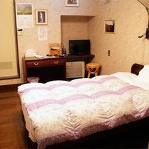 *洋室シングルタイプ/バストイレ、冷蔵庫完備。シンプルで温かみのあるお部屋。