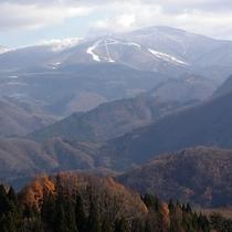 *初冬の森吉山/根烈岳林道より森吉山を望む。山頂から少しずつ雪化粧をまとっていきます。
