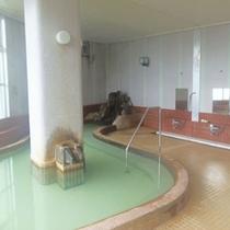 館内(1F)にある大浴場:源泉かけ流しの湯をお楽しみください。