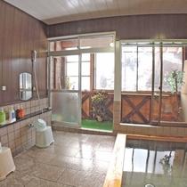 【お風呂】男女兼用の家族風呂(4~5人程度)サイズの浴場が1箇所ございます。