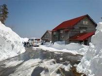 位が原山荘前 雪の壁