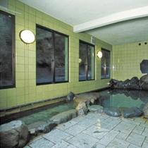 *岩風呂 信玄の癒し湯で体の芯まで温まってください(あつ湯の岩風呂)