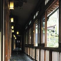 *廊下 昭和の温泉情緒を色濃く残す風情を満喫していただけます。