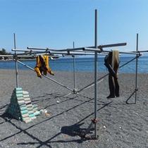 *ダイバーサポート/浜辺にはウェットスーツを干せるスペースがございます。