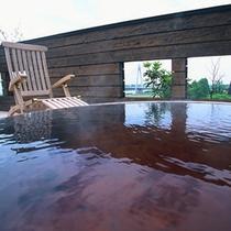 琥珀色の湯は天然の保湿成分が豊富。