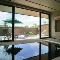 大浴場の檜風呂。開放的なテラスに露天風呂も。