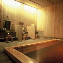 檜の香がリラックス効果を高めてくれる大浴場の檜風呂