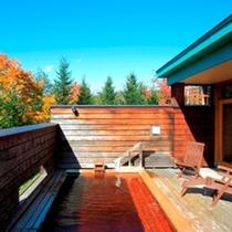 開放的な檜の露天風呂