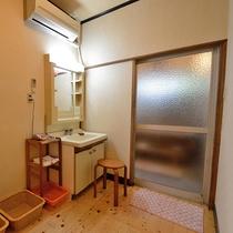 *【貸切風呂 脱衣所】簡素ではございますが、洗面台やドライヤーなど完備しております!