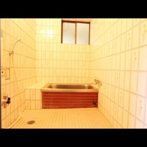 【風呂】当館のお風呂は少し狭め・・・なので近くの天然温泉施設をご紹介しております。