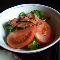 *朝食(一例)ベーコンとトマトのサラダ
