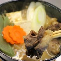 *【夕食一例】熊鍋。熊肉は脂身が解けやすく、甘みが強いのが特徴です。