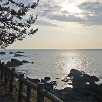 越前海岸の絶景が目の前に広がります。晴れた日には美しい夕日もご覧頂けます。