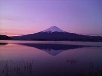夕焼けにそまる富士山