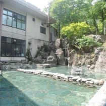*露天風呂/静かな自然の中にある露天風呂。広々と解放感を味わいながら、温泉をご堪能ください。