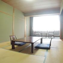 *客室一例/8畳以上の広々とした純和風のお部屋。川沿いにあり、窓の外には静かな自然の景色が広がる。