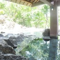 *露天風呂/源泉の温度がぬるめでゆっくりじっくり浸かれる天然温泉。季節の景色を眺めてのんびりと。