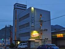 【ビジネスホテルヤマキ】国道197号線沿いにございます。