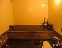 内湯も天然温泉です。(24時間お入り頂けます)