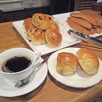 *朝食サービス/パン・コーヒー・お茶を無料でご提供しています!ドトールの有料サーバーもあります♪
