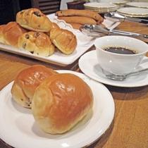 *朝食サービス/1Fグリルウラガにて、パン・コーヒー・お茶を無料でご提供しています!