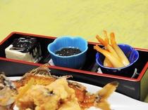【夕食】地元の味が楽しめる日替わりのおかず