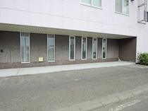 【バイク駐輪場】ホテル玄関横に7台程度駐車可能です。